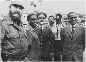 Fidel Castro, Agostinho Neto, Raúl Castro y Osvaldo Dorticós en el aeropuerto de La Habana en julio de 1976