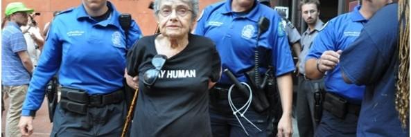 Hedy Epstein, tiene 90 años, sobrevivió el Holocausto y lucha contra la violencia policial en EE.UU.