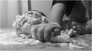 Elvira se dedica a la venta de empanadas los fines de semana. Foto: Sarai Soto.