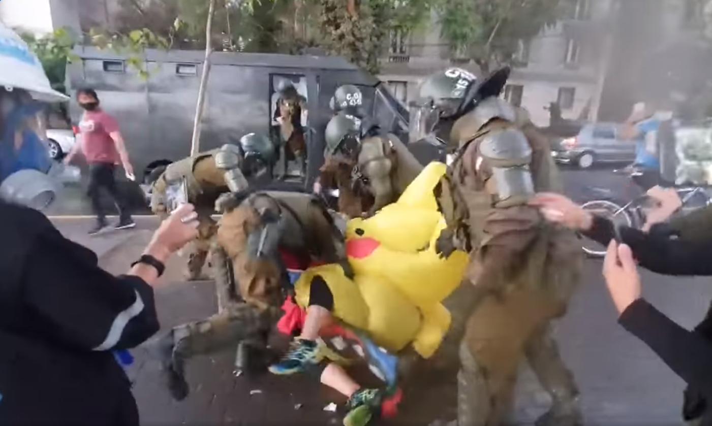 La represión totalitaria de Carabineros. Golpes y gaseo de carabineros contra la Tía Pikachú y Joker