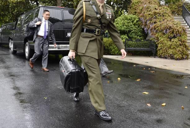 ¡Quítenle a Joe Biden el maletín nuclear!