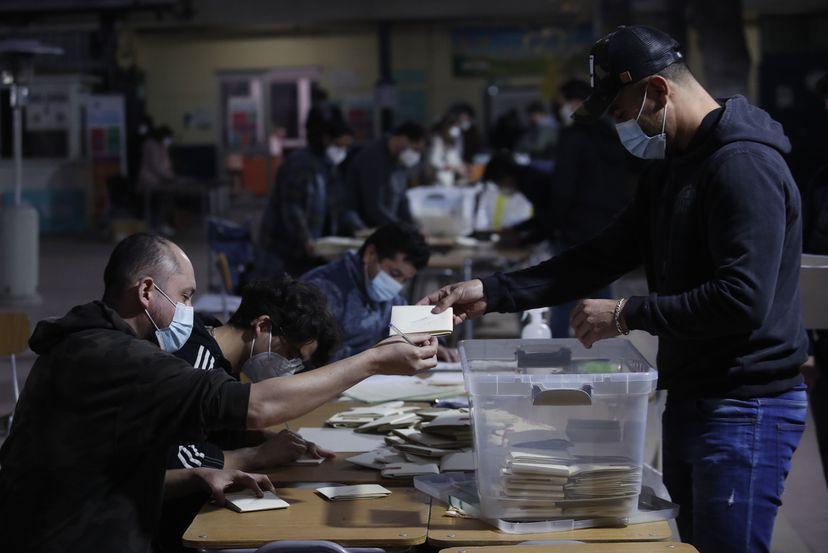 El País, España: «Los chilenos castigan a los partidos políticos en su elección de constituyentes»